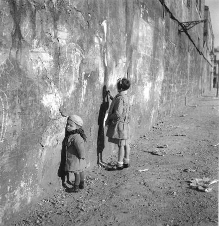 Robert-Doisneau-enfant-dessinant-sur-un-mur