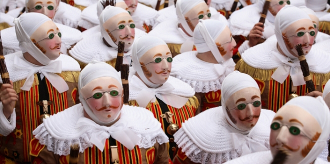 3-_les_gilles_de_binche_cmusee_international_du_carnaval_et_du_masque-binche_photo_olivier_desart_705x352web